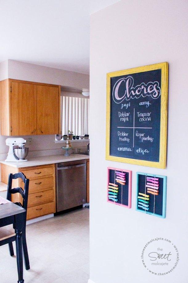 Pared de una cocina con un tablero de quehaceres para crear una rutina de limpieza efectiva