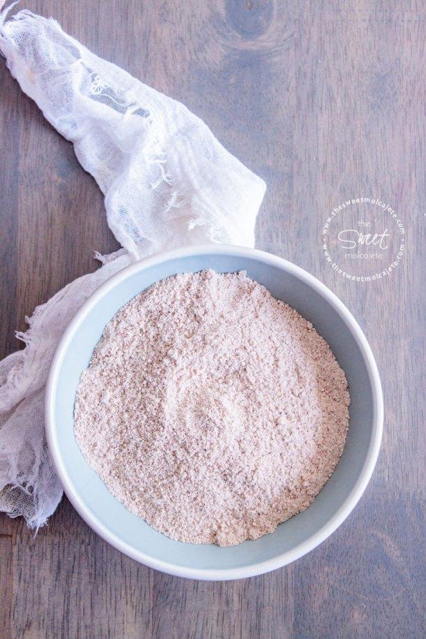 Vista de arriba a un plato lleno de harina de almendras casera