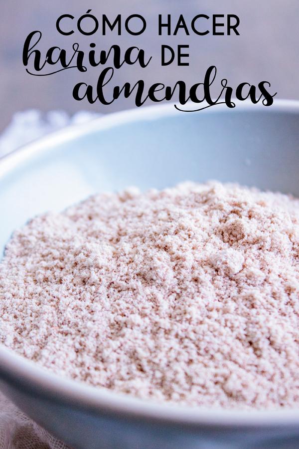 Acercamiento a un plato de harina de almendras con texto que dice Cómo hacer harina de almendras