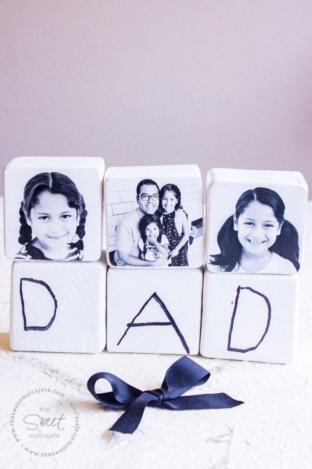 6 Bloques de madera blancos, 3 con fotos en blanco y negro y 3 con la palabra DAD