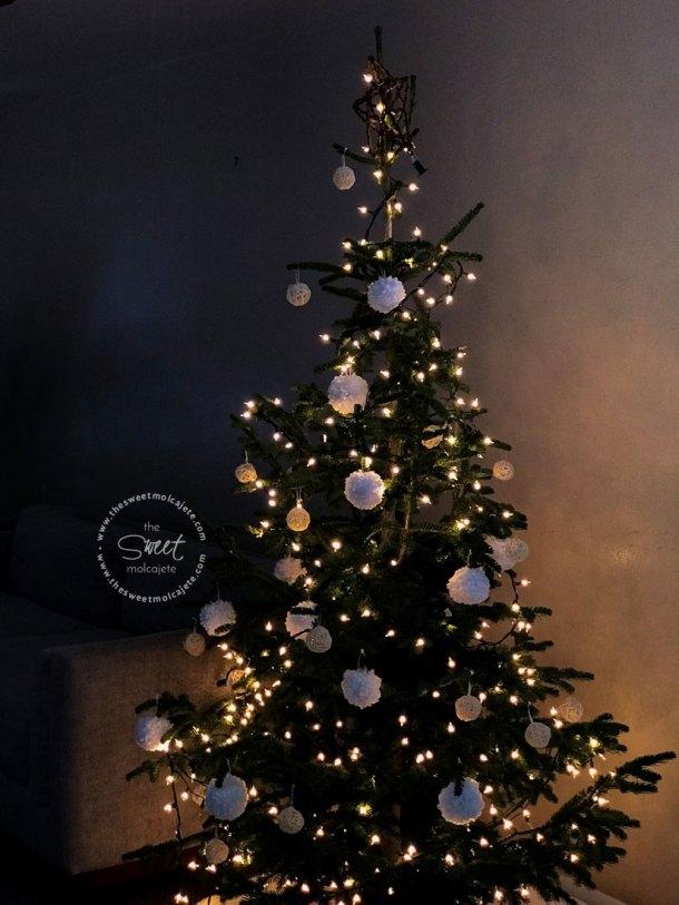 Árbol de Navidad estilo minimalista con adornos de navidad con estambre blancos