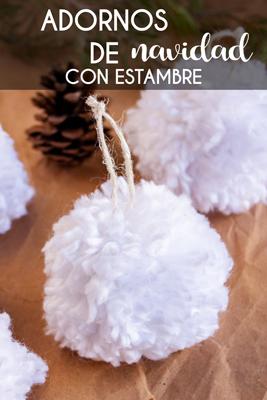 Aprende a hacer unos fáciles, baratos y bonitos adornos de Navidad con estambre, para que decores tu árbol o para hacer alguna guirnalda navideña. Estos pompones de estambre se ven muy bonitos y simulan esferas de verdad.