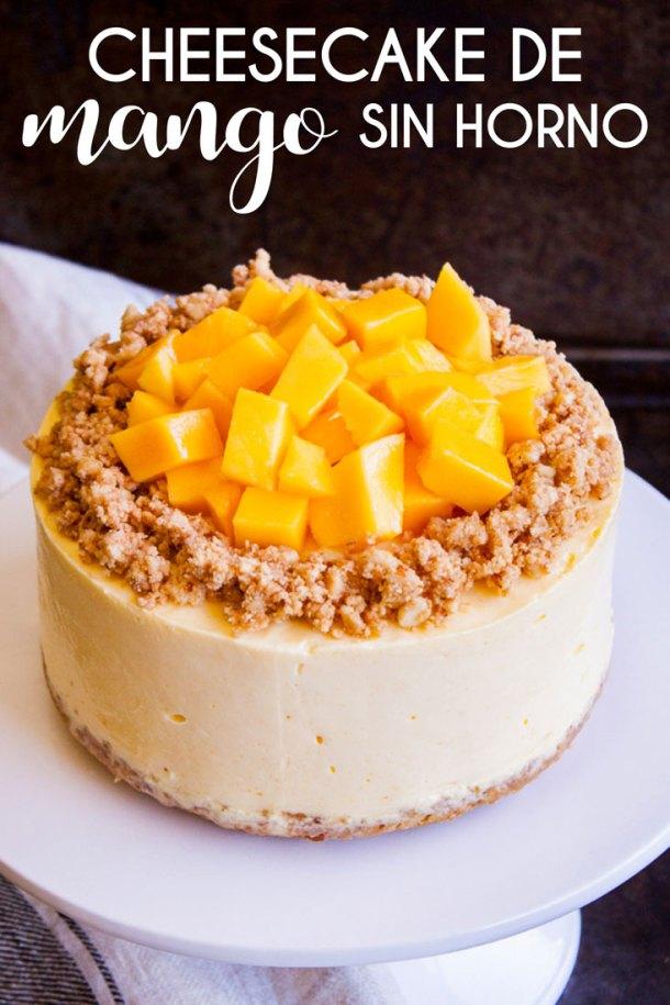 Cheesecake sobre un plato blanco con texto que dice Cheesecake de Mango sin horno