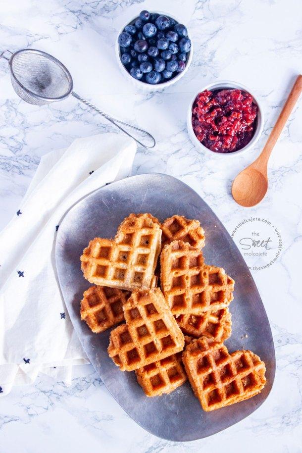 platon con waffles de corazon