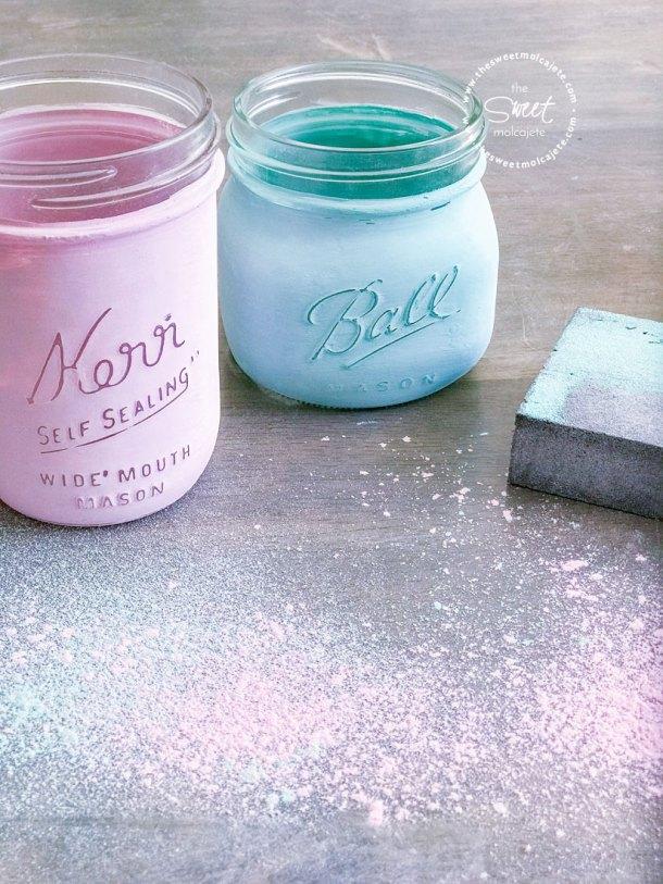dos frascos mason pintados con chalky paint recién lijados