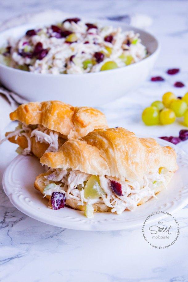 Dos cuernitos rellenos de Ensalada de Pollo con uvas, al fondo se ve el plato de la ensalada