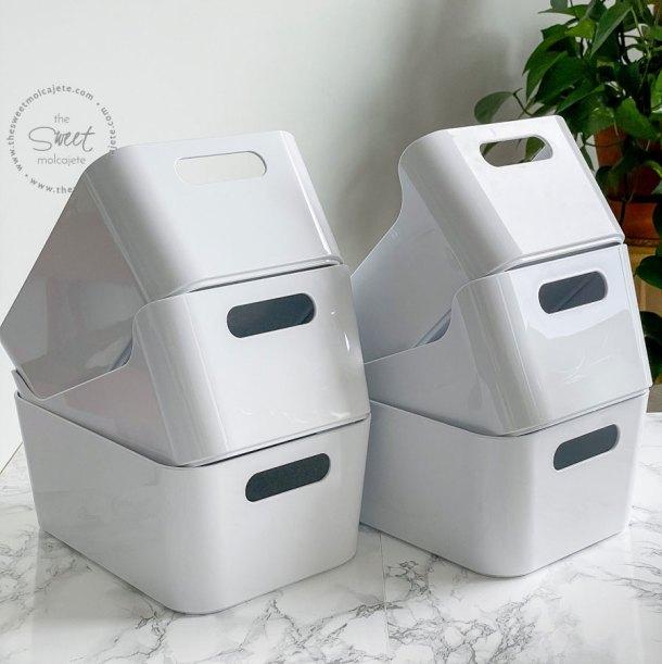 6 cajas blancas de plastico (variera box de IKEA) acomodadas en dos alteros unas sobre otras