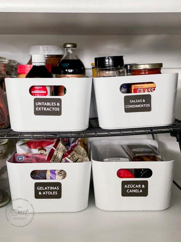 articulos de despensa organizados en cajas y etiquetados