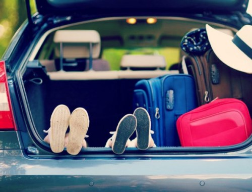 famiglia che viaggia con neonati