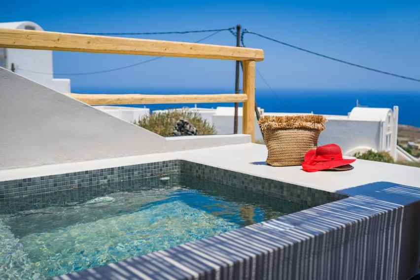 Suite with a pool in Santorini