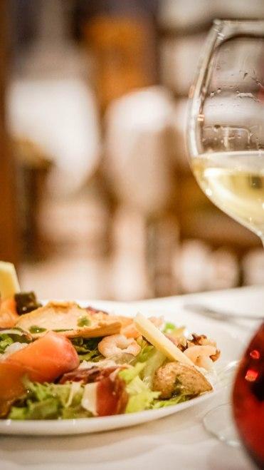 salat dish with white wine