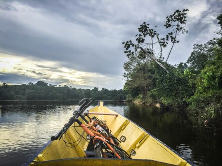 A tandem on a wooden boat on the Suriname rive