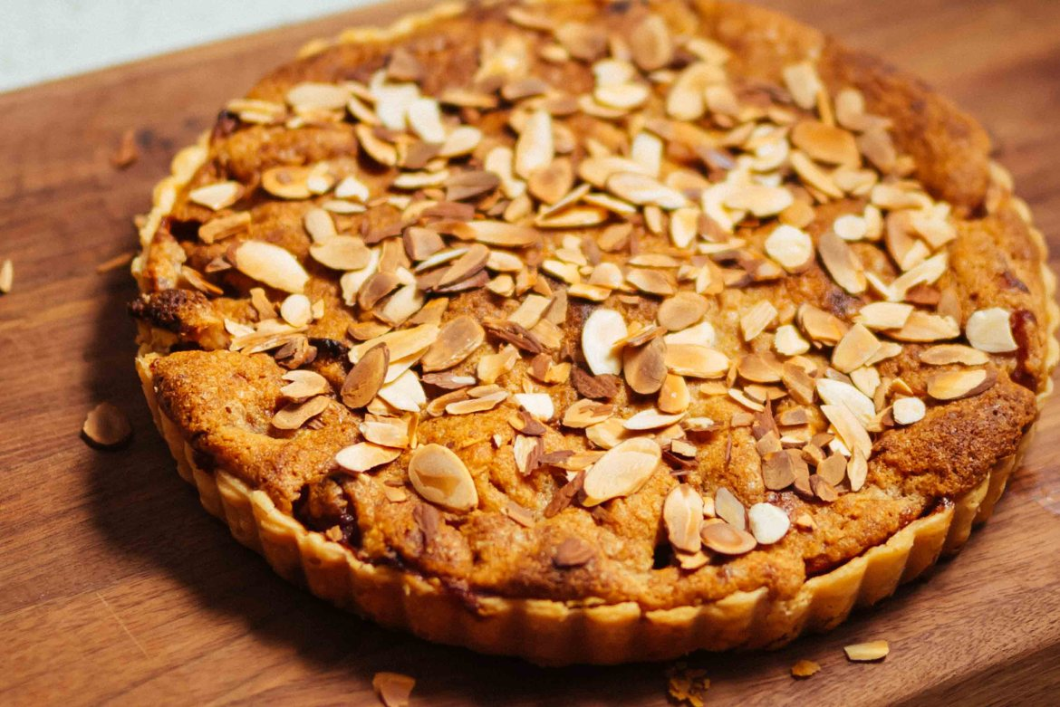 Make this easy Almond Apple Tart inspired by our trip to London in the fall with crisp baking apples #tart #recipe #apple