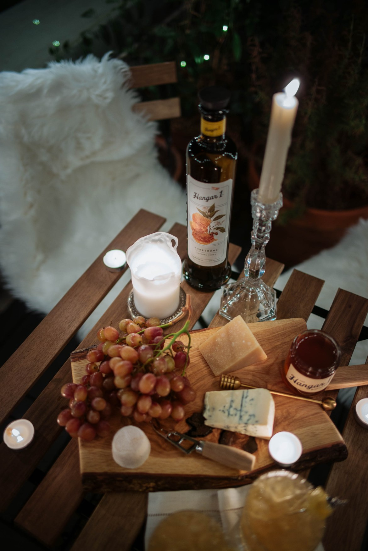 If you're looking for an easy appetizer, this is it! Your cheese board with cocktails and it's the perfect start to a dinner party or an alfresco autumn evening with friends. A cheese board with honey and fruit would also be an easy appetizer at your holiday gatherings. Sponsored by @Hangar1distillery.