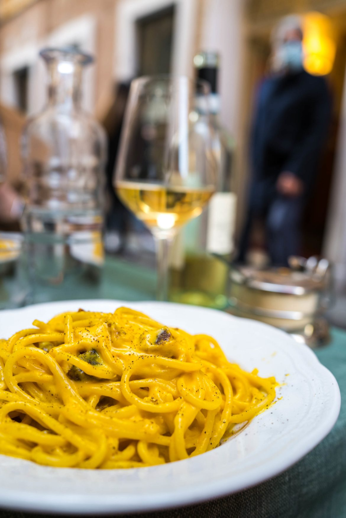 Carbonara pasta in the shopping district of Rome, The Taste Edit #italy #pasta