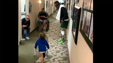 Paralympic medalist Blake Leeper cheers on 2-year-old kid learning to walk with prosthetic leg. Watch – it s viral