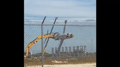 Plane 'flies' for the last time with excavator's 'help'. Watch – it s viral