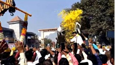 Dhananjay Munde's warm welcome after avoiding 'it' crisis;  Beautiful flower showers from JCB!