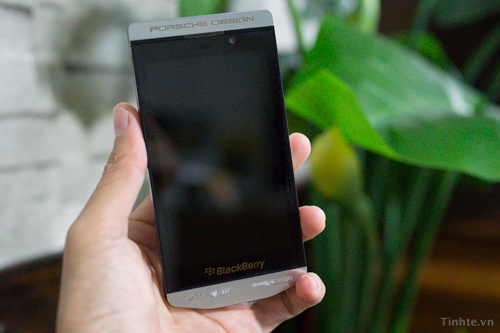 Leaked Images of BlackBerry Porsche Design Edition Running BB10