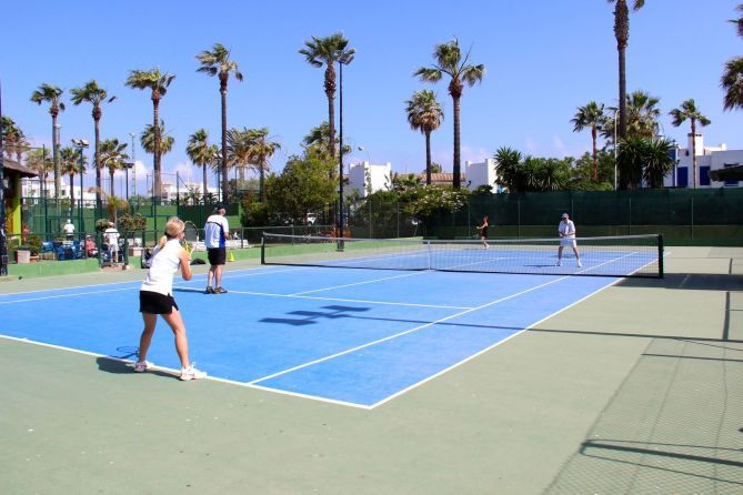 tennis-tourist-octogono-tennis-club-wide-shot-courts-tennis-players-from-behind-sotogrande-spain-teri-church