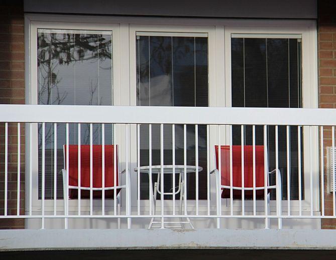 tennistourist-hotel-elan-calgary-balcony-teri-church