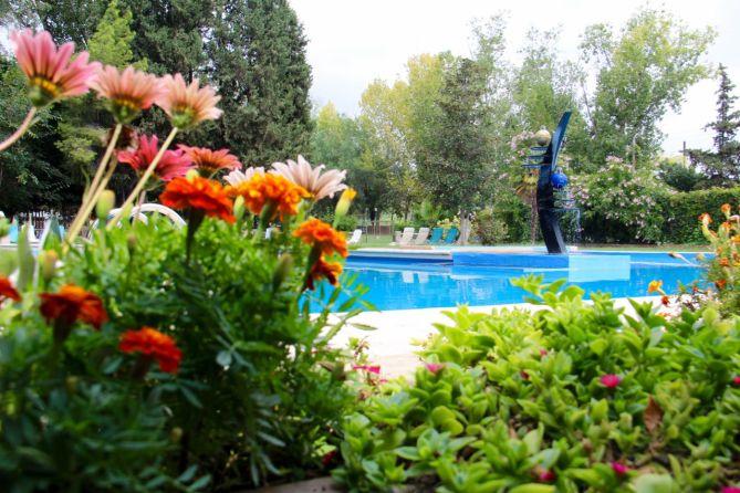 tennis-tourist-mendoza-argentina-club-hipico-tennis-pool-teri-church