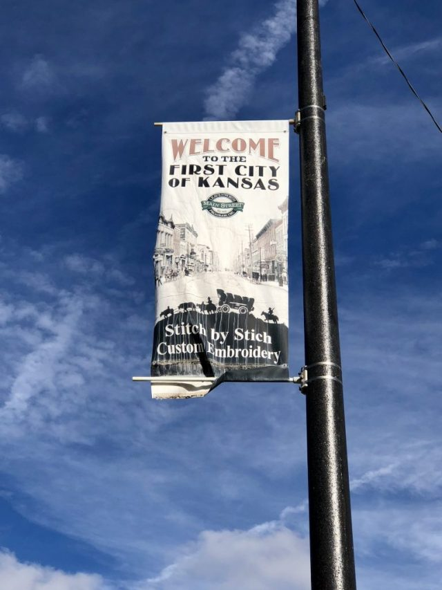 Street sign welcoming to Leavenworth Kansas