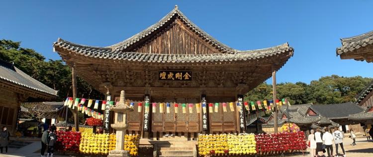 Korean UNESCO sites, the bright and colorful Tongdosa building
