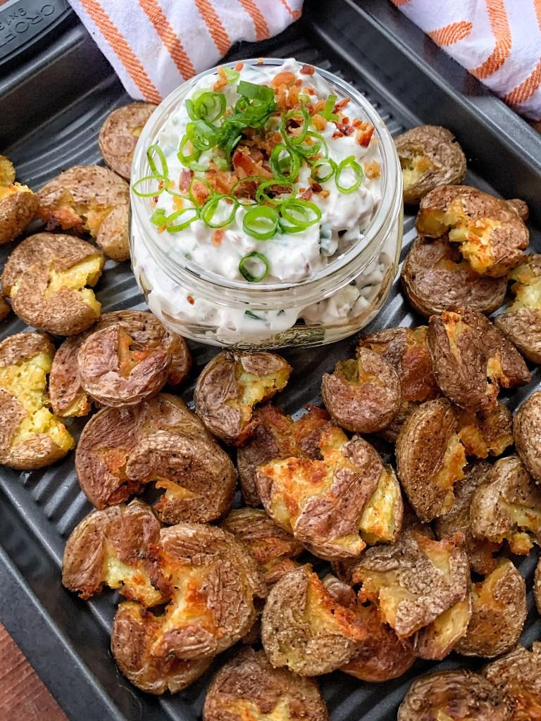 Babykartoffeln mit einem sauren Sahne-Speck-Blauschimmelkäse-Dip