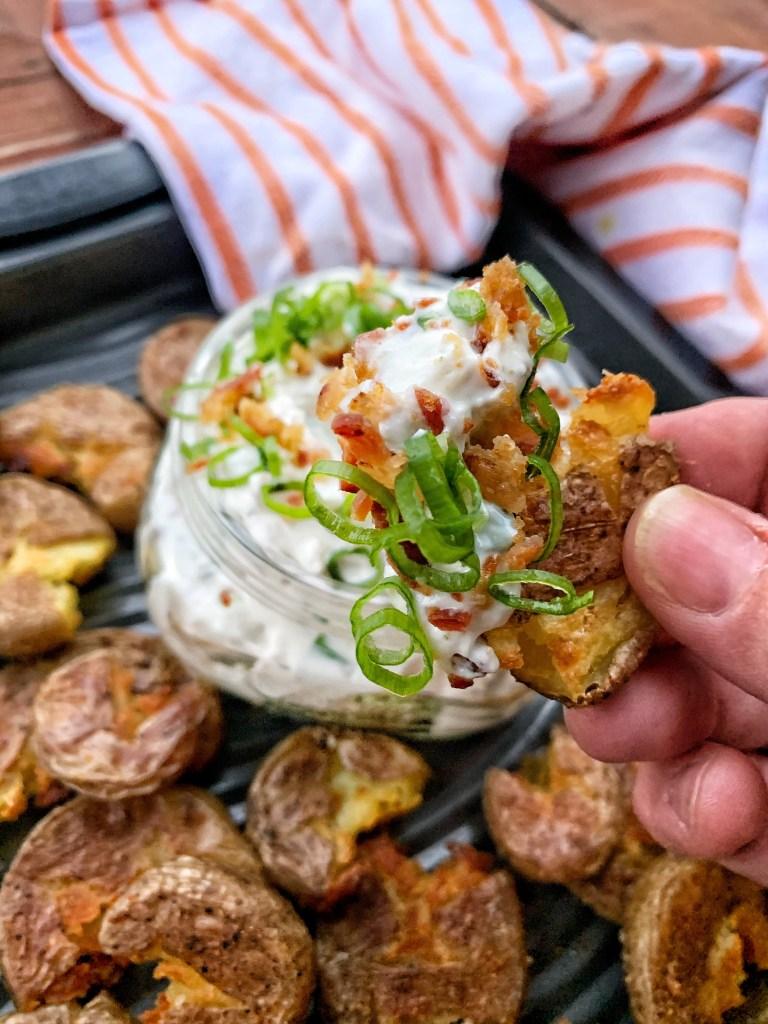 Kartoffelchips mit Bacon Blue Cheese Dip