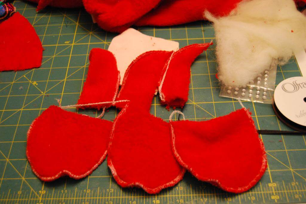 Sew the hats and bodys of the tiny Santas.