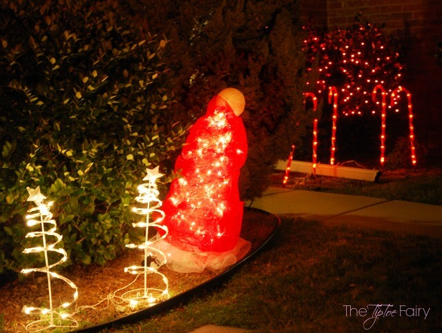 DIY Santa Hat Tomato Cage Christmas Decor - an easy yard art display! | The TipToe Fairy