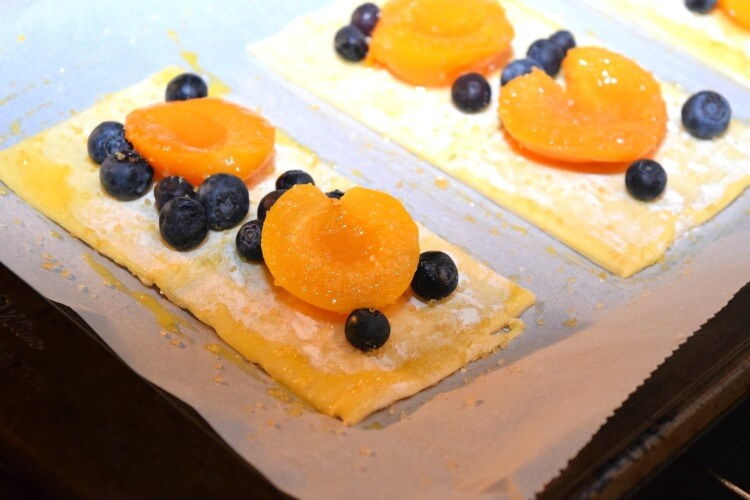 Apricot Blueberry Puff Pastry Tart - so easy & so delicious! #food #dessert