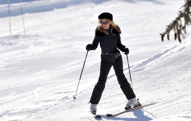 Glam Mama Kate Moss on the slopes!