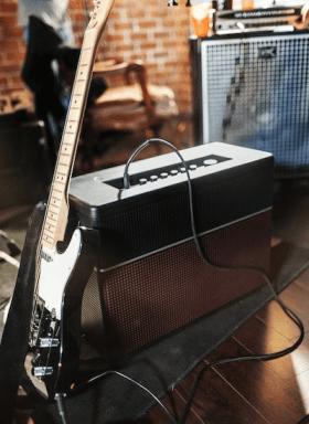 AMPLIFi150_with_black_guitar_LO