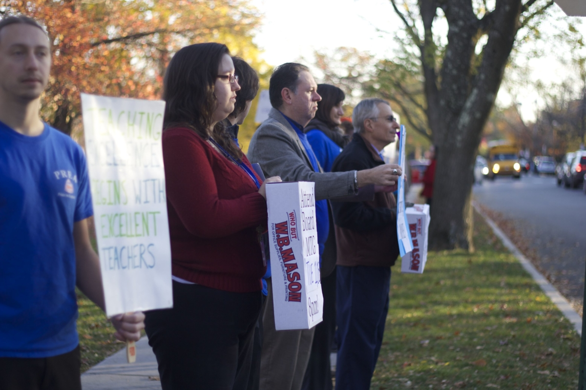 Teachers gather along the sidewalk to protest before school. photo: Caroline Smith