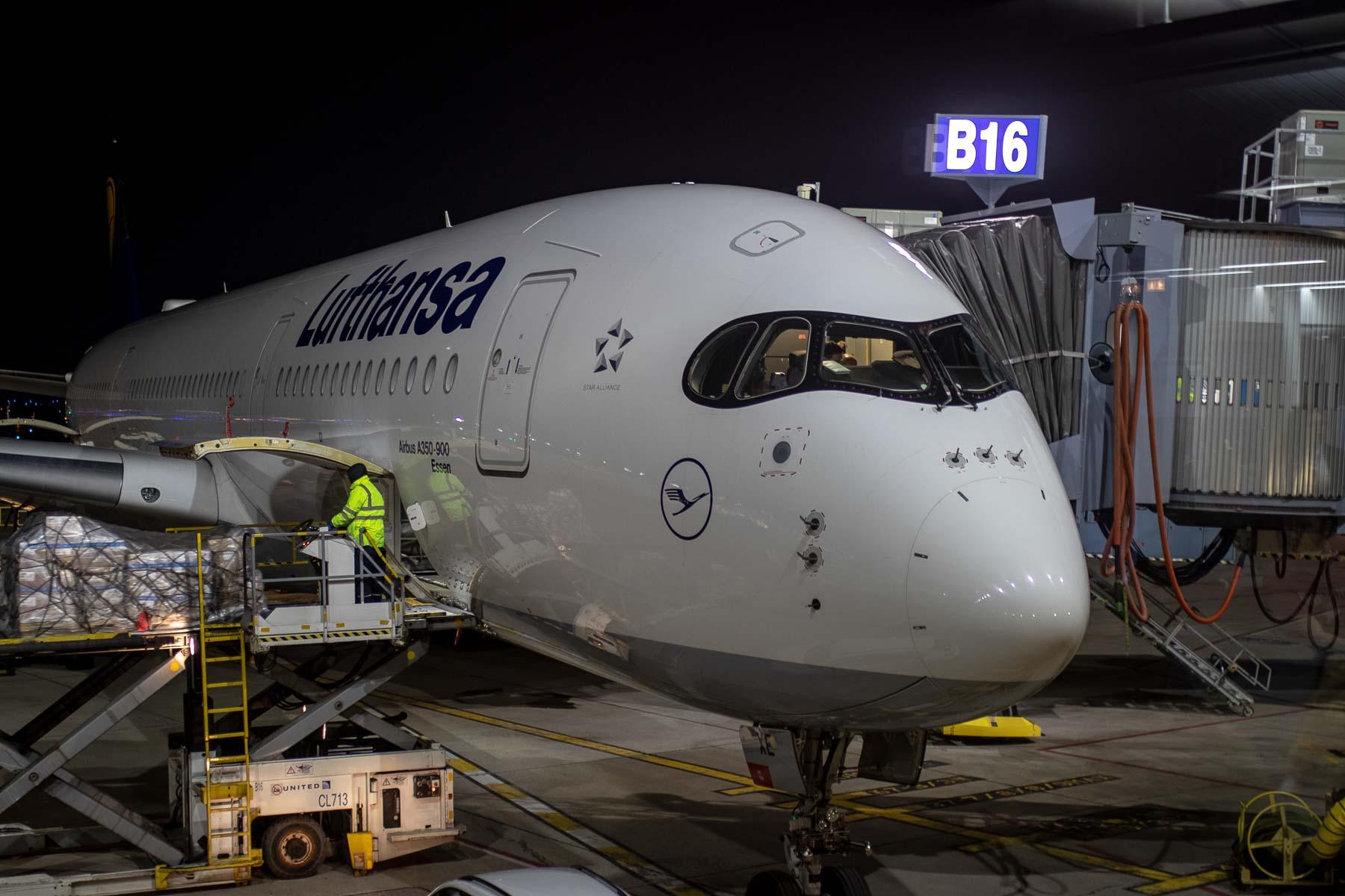 Business Class im Lufthansa Airbus A350 D-AIXE Taufname Essen