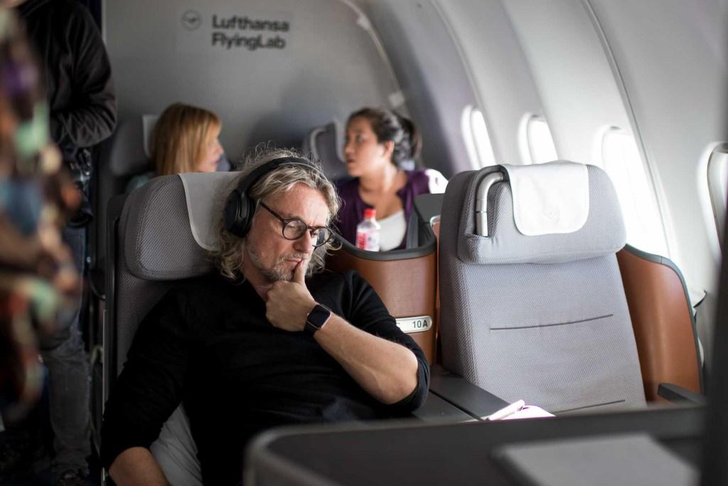 Lufthansa FlyingLab SXSW Passagiere schauen den Interviews zu