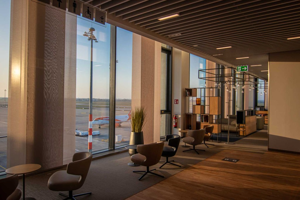 Lufthansa Lounge BER Business Senator Lounge Flughafen Berlin The Travel Happiness Vorfeldaussicht