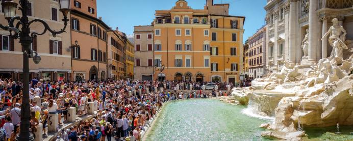 Trevi Fountain in Roma with a big crowd