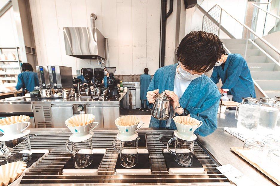 Barista preparing drip coffee at Blue Bottle Coffee | best specialty coffee in Tokyo