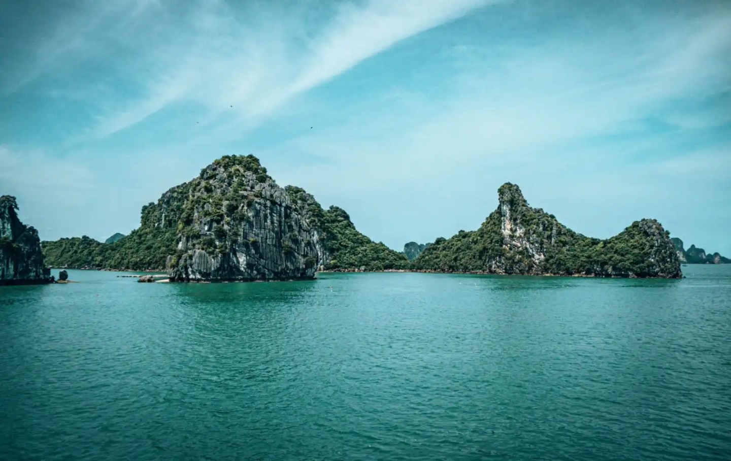 Bai Tu Long Bay tour, limestone cliffs