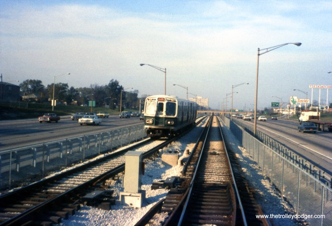 A train of CTA 2000s on the then-new Dan Ryan line in November 1969 at 79th Street. (Rick Burn Photo)