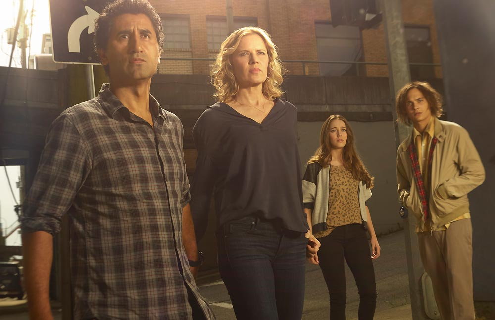 Fear the Walking Dead-Family at the Underpass
