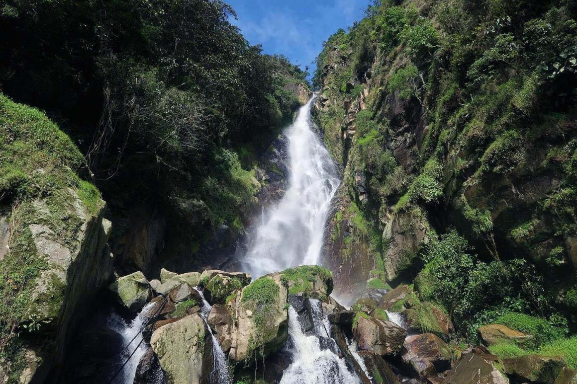 Direct look at Chorro del Hato waterfalls from below