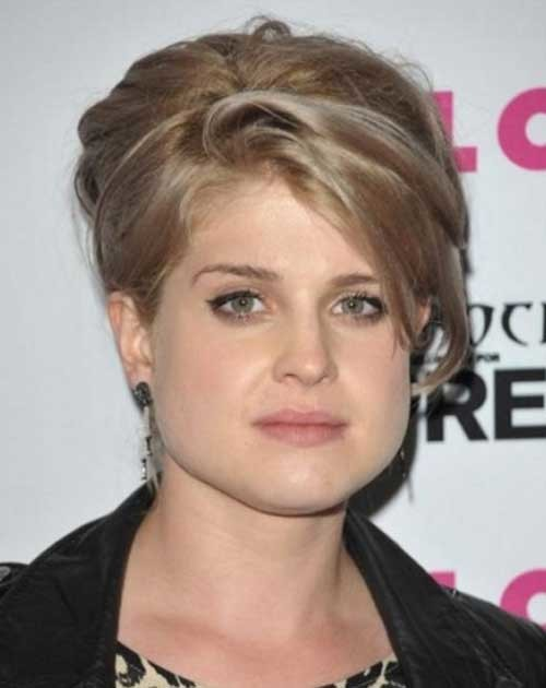 Chubby-Face-with-Short-Blonde-Pixie-Haircut Short Haircuts For Chubby Faces