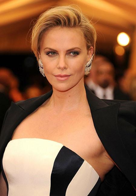 Short-Blonde-Simple-Look Best Celebrity Short Hairstyles