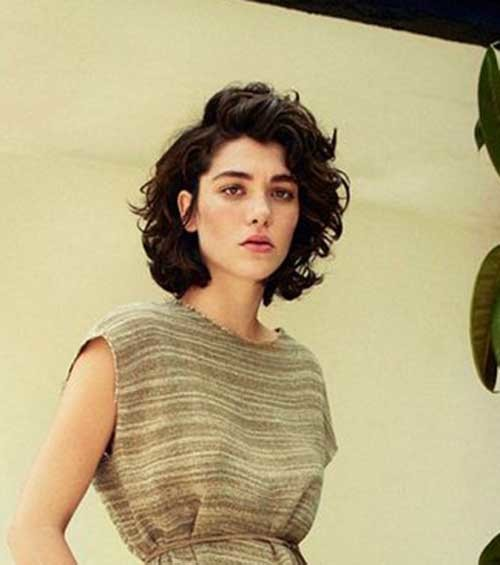 Stylish-Look Very Popular Curly Short Hairstyles Every Lady Need to See