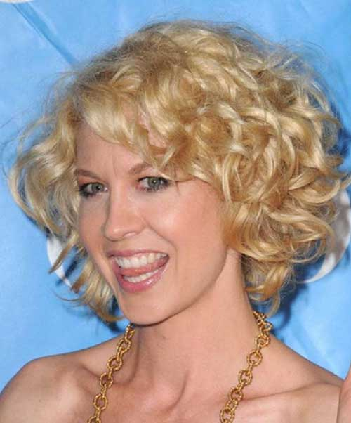 Short-Bob-Haircut-for-Frizzy-Blonde-Curly-Hairdo Short Haircuts For Curly Frizzy Hair