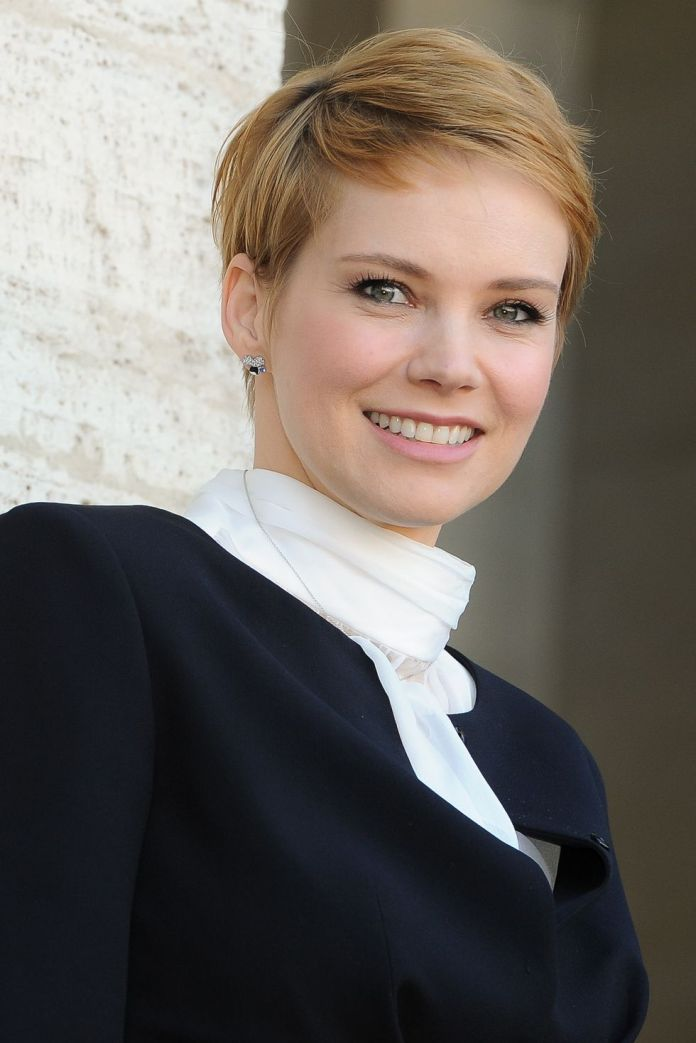 Super-Side-Swept Best Short Pixie Cut Hairstyles - Cute Pixie Haircuts for Women